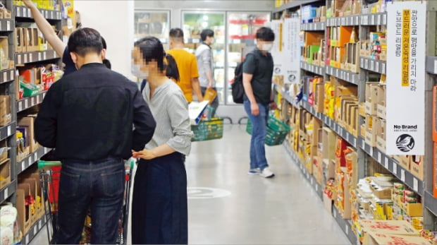 노브랜드 서울 영등포여의도점에서 쇼핑객들이 물건을 고르고 있다.  이마트 제공