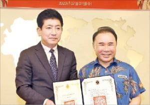 한국대학배구연맹과 후원 협약한 윤홍근 제너시스BBQ 회장(오른쪽). 제너시스BBQ 제공