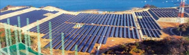 석문면 태양광 발전소 충남 당진시 석문면에 조성된 태양광발전소 당진에코파워. 30만㎡에 태양광 시설(9.8)과 에너지저장장치(24.5h)가 설치됐다. 당진 전체 가구의 6%가 연간 사용할 수 있는 1만3000h의 전기를 생산한다.  당진시 제공