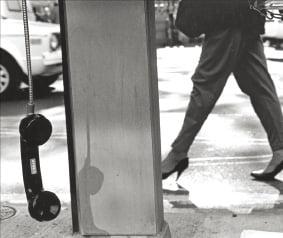 [사진이 있는 아침] 공중전화기에 담긴 인생