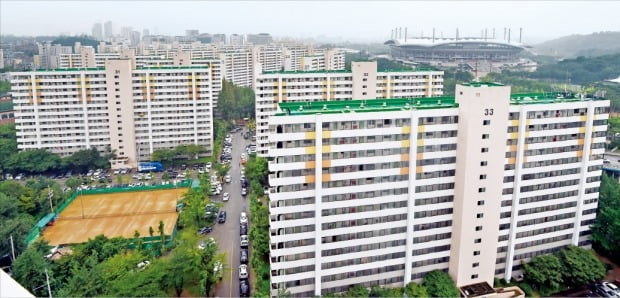정부가 '8·4 공급대책'을 통해 공공참여형 고밀재건축(공공재건축)을 도입했지만 큰 호응을 얻지 못하고 있다. 서울 강북 최대 재건축인 마포구 성산시영 아파트.  /허문찬 기자  sweat@hankyung.com