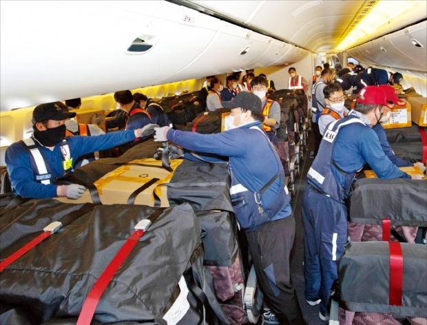 대한항공 직원들이 미국 시카고로 향하는 여객기 좌석에 카고시트백을 장착하고 있다. 카고시트백은 기내 좌석에 짐을 실을 수 있도록 특별 포장된 별도의 가방이다.  /한경DB