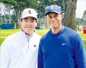 김주형이 경기 직전 '골프 황제' 타이거 우즈와 기념사진을 찍었다.  /김주형SNS 캡처