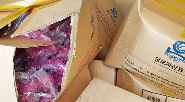 남양주에 있는 블루문펀드 물류창고. 뜯어진 박스에 중국산 저가 슬리퍼가 담겨 있다.