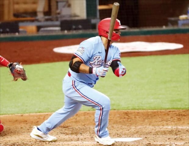 추신수가 10일(한국시간) 미국 텍사스주 알링턴의 글로브라이프필드에서 열린 2020 MLB LA에인절스와의 홈경기에서 1번타자로 나와 4회말 2타점 적시타를 날리고 있다.  USA투데이연합뉴스