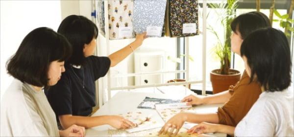 이투컬렉션 디자이너들이 대구 본사 제품개발실에서 패턴기획 회의를 하고 있다.  이투컬렉션  제공