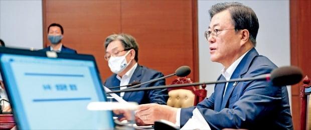 문재인 대통령이 10일 청와대에서 열린 수석·보좌관회의에서 발언하고 있다.  허문찬 기자 sweat@hankyung.com