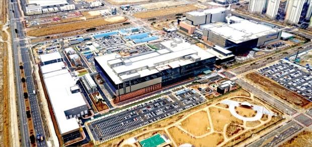삼성바이오로직스가 인천 송도에 단일공장으로는 세계 최대 규모인 4공장을 2023년에 완공할 예정이다. 사진은 송도 1, 2, 3공장 전경. 신설될 4공장은 중앙에 보이는 3공장 뒤편에 지어질 예정이다.   한경DB
