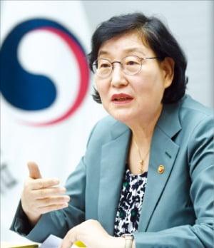 """이정옥 여성가족부 장관은 13일 정부서울청사에서 """"성평등 문화를 확산시키기 위해 더 적극적으로 목소리를 내겠다""""고 말했다.  허문찬 기자  sweat@hankyung.com"""