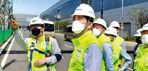이재용 삼성전자 부회장(왼쪽 두 번째)이 지난 5월 중국 산시성 시안의 반도체 사업장을 찾아 낸드플래시 생산 현장을 점검하고 있다.  /삼성전자  제공