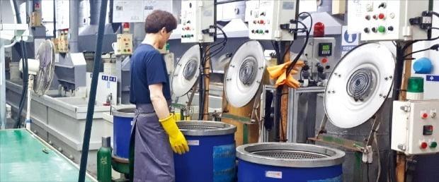 인천 남동공단의 도금 공장에서 한 직원이 자동차 부품에 필요한 니켈크롬도금 작업을 하고 있다. /안대규 기자