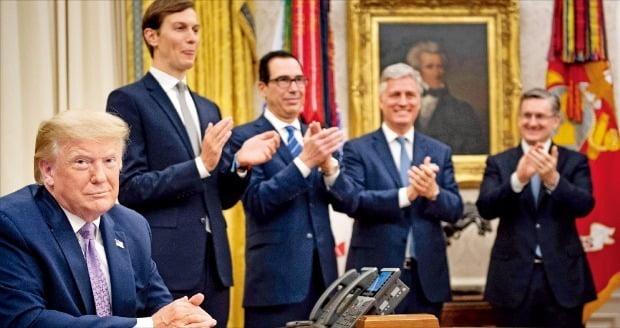 """< 트럼프 """"평화 중재 내가 했다"""" > 도널드 트럼프 미국 대통령(왼쪽부터)이 13일(현지시간) 백악관에서 재러드 쿠슈너 백악관 선임고문, 스티븐 므누신 재무장관 등과 함께 이스라엘과 UAE의 수교 합의를 축하하고 있다. /AFP연합뉴스"""
