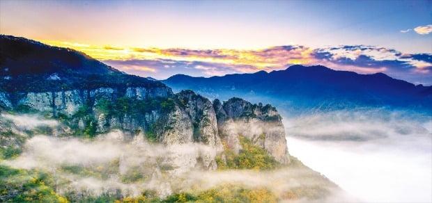 기암괴석과 폭포, 장엄한 협곡이 어우러져 '신의 갤러리'라 불리는 주왕산의 절경