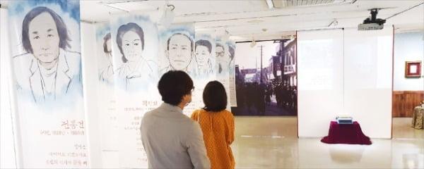 대구문학관에서 전시 중인 '피란문단, 향촌동 꽃피우다' 전시에서 관람객들이 피란 작가들의 모습과 글을 보고 있다.  오경묵 기자
