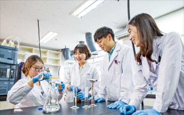 대구한의대 한방생명자연연구센터에서 실험실습을 하고 있는 학생들