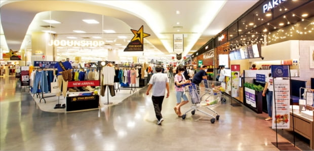 홈플러스 부산 아시아드점이 최근 입점 쇼핑몰 매장을 대대적으로 바꿨다. 24일 마트 방문객들이 매장을 둘러보고 있다. 홈플러스 제공