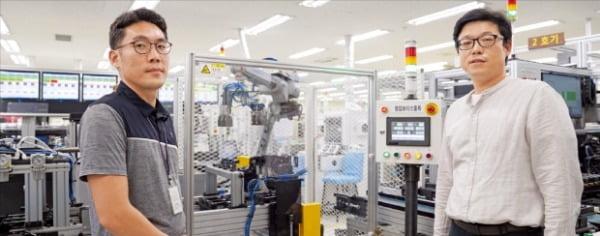 오성전자의 생산기술팀 연구원들이 구미공장에 설치된 리모컨 보이스 검사 자동화 공정 장비에 대해 설명하고 있다.  오성전자 제공