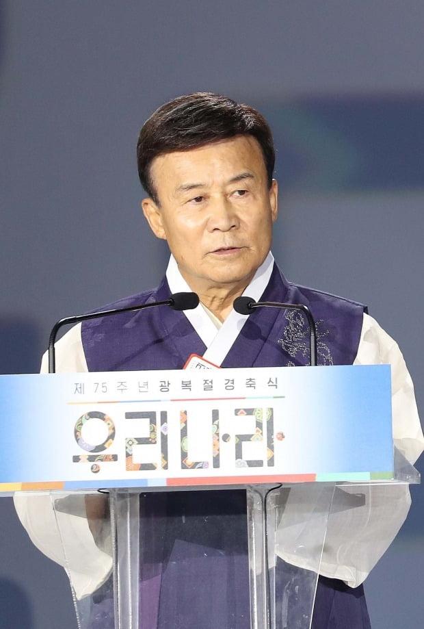 김원웅 광복회장이 지난 15일 서울 동대문디자인플라자에서 열린 제75주년 광복절 경축식에서 기념사를 마치고 있다. /사진=청와대 사진기자단