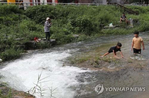 휴가철 중부권 집중호우로 '한산'…불볕더위 영남·제주 '북적'