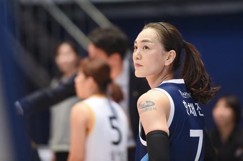 여자농구 최고령 선수 한채진, 아들뻘 중학생 선수들과 연습경기