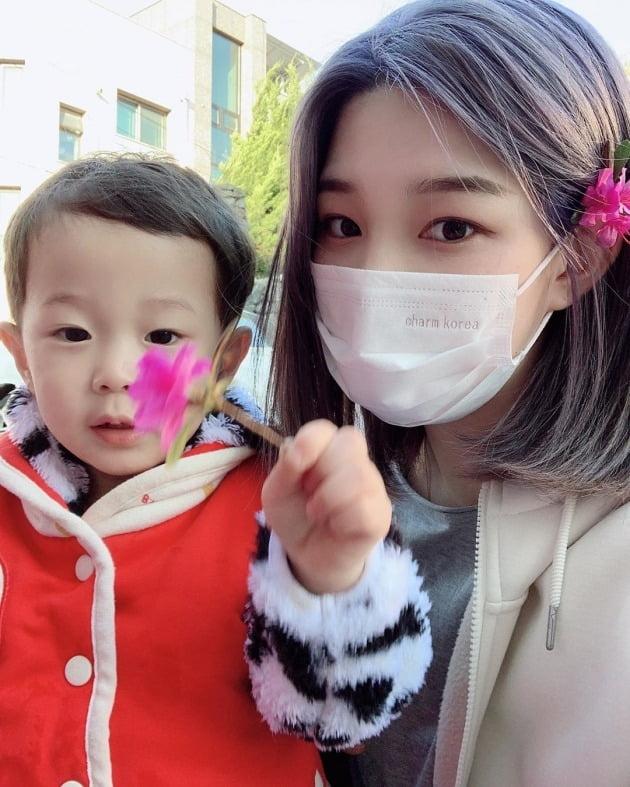 율희(오른쪽)와 그의 아들 재율 / 사진=율희 인스타그램