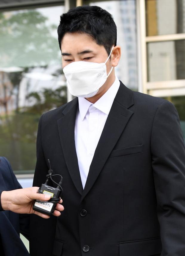 배우 강지환이 지난달 열린 항소심 결심공판을 마치고 법원을 나가고 있다. / 사진=텐아시아DB
