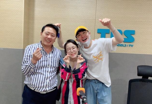 '허리케인라디오' DJ 최일구, 패널 김슬기, 영탁/ 사진=TBS 제공