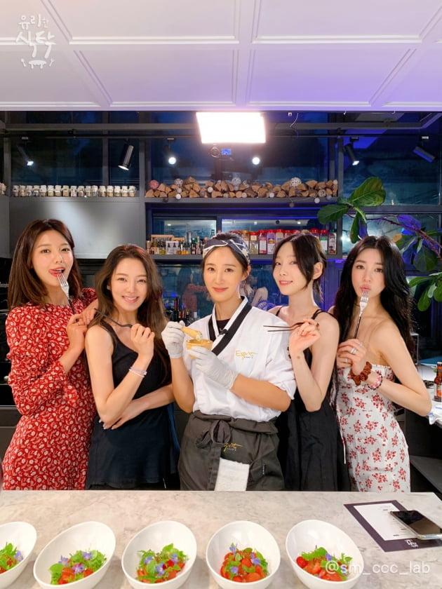 '유리한 식탁'에 출연한 소녀시대/ 사진=SM C&C 제공