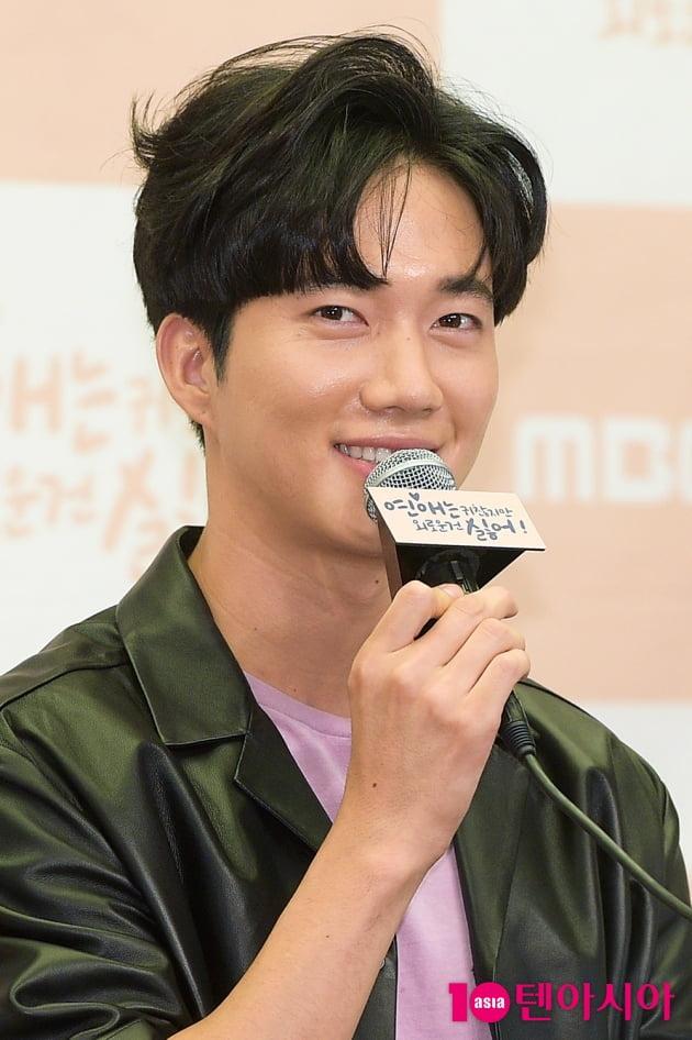 [TEN 포토] 소감 전하는 '연애는 귀찮지만' 박건일