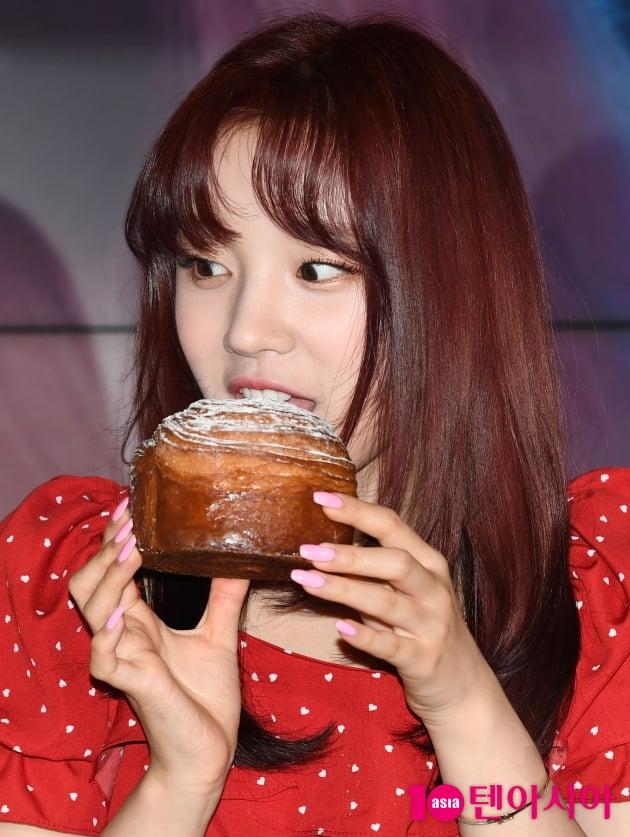 [TEN 포토] (여자)아이들 우기 '얼굴보다 큰빵'