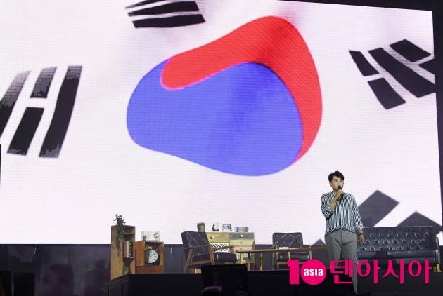 [TEN 포토] 미스터트롯 김호중 '광복절 태극기 앞에서'