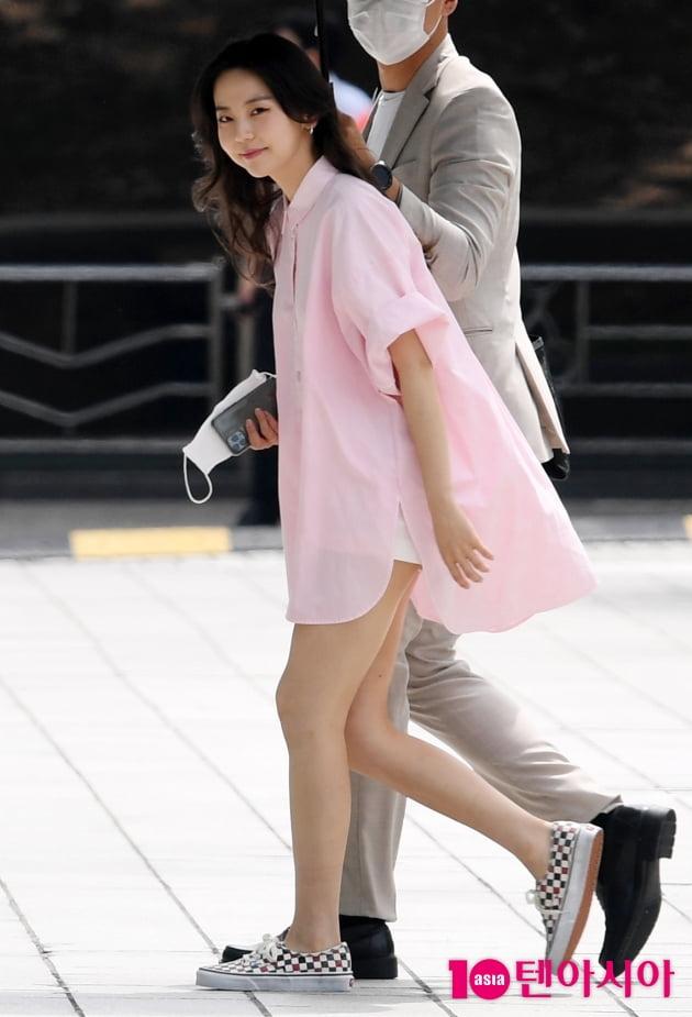 [TEN 포토] 안소희 '매니저와 발맞춰서 하나 둘..''