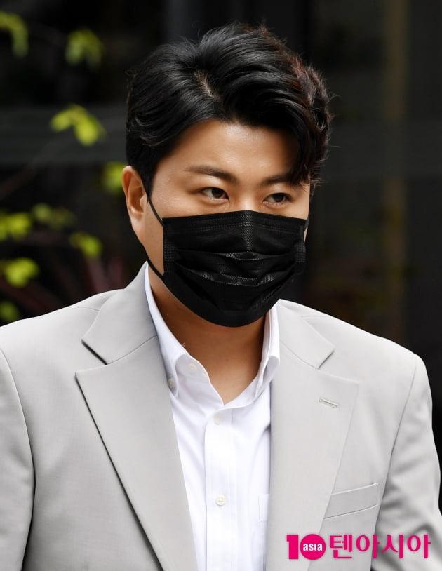 [TEN 포토] 김호중 '훈내 진동하는 외모'