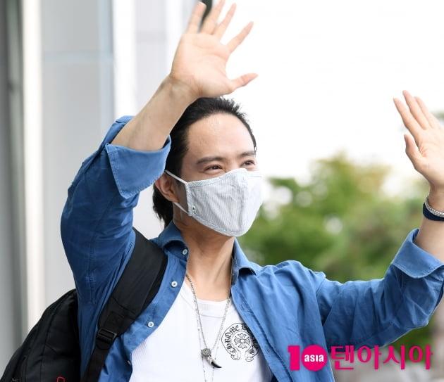 [TEN 포토] 양준일 '팬 여러분 반가워요~'