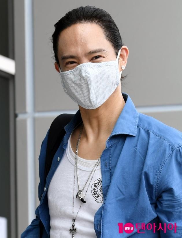 [TEN 포토] 양준일 '마스크로 가려도 잘생김'