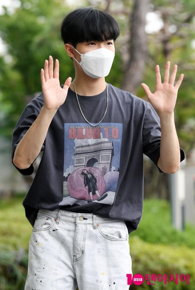 [TEN 포토] 김재환 '팬들에게 인사하는 멋진남'
