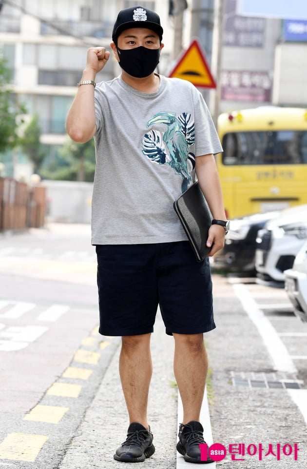 [TEN 포토] 김호중 '다이어트로 완성된 반바지 패션'