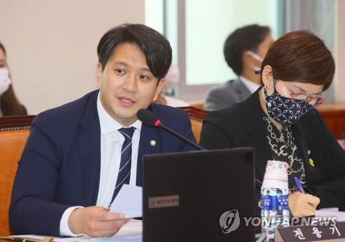 """민주 전용기 """"악성 댓글은 자살방조"""" 처벌법 발의"""