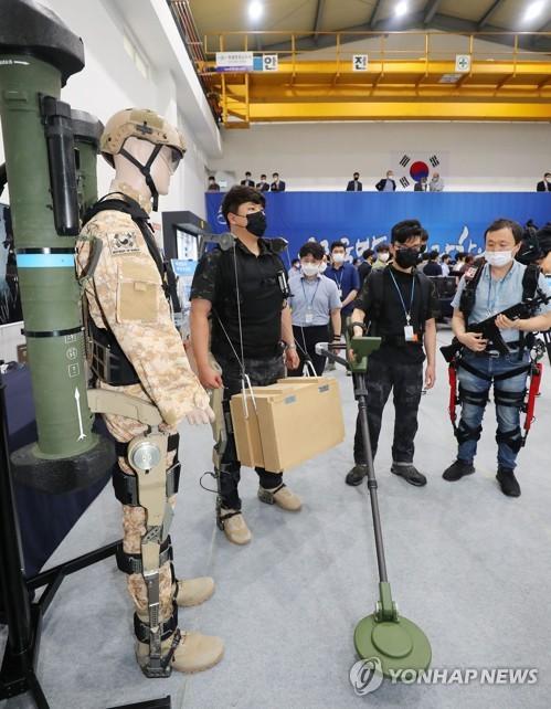 초소형 정찰위성 띄우고 레이저로 드론 요격…미래첨단무기 첫선