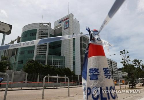 반중 언론 재갈 물리나…홍콩 경찰 200명 '빈과일보' 사옥 급습(종합2보)