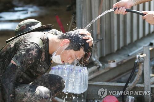 광복절 반짝 연휴 호우·불볕더위에 전국 피서지 대조