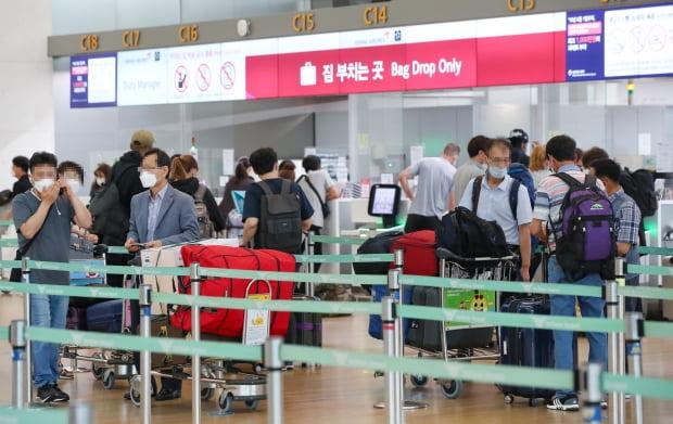 유럽연합(EU) 회원국들이 한국을 비롯한 14개국의 EU입국을 허용한 지난 1일 인천국제공항 출국장에서 탑승객들이 출국 수속을 밟고 있다. 사진=연합뉴스