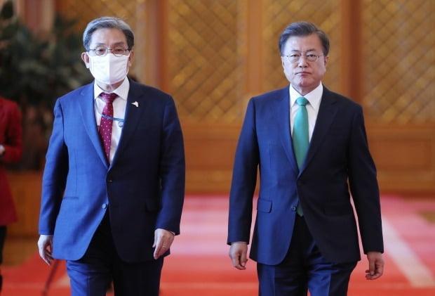왼쪽부터 노영민 비서실장과 문재인 대통령.  /연합뉴스