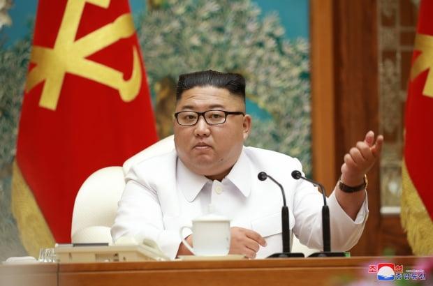 북한 노동당 중앙위원회 정치국이 25일 신종 코로나바이러스 감염증(코로나19)으로 의심되는 탈북민이 개성을 통해 월북한 것과 관련해 비상확대회의를 긴급 소집했다고 조선중앙통신이 26일 보도했다. /사진=연합뉴스