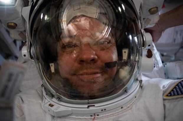 미국 항공우주국(NASA) 소속 우주비행사 밥 벤켄이 지난달 21일(현지시간) 국제우주정거장(ISS)에서 '셀카'를 찍고 있다. 벤켄은 동료 더그 헐리와 지난 1일까지 ISS에 머문 뒤 미국의 첫 민간 유인우주선인 스페이스X의 '크루 드래건'을 타고 지구로 귀환했다. 사진=연합뉴스