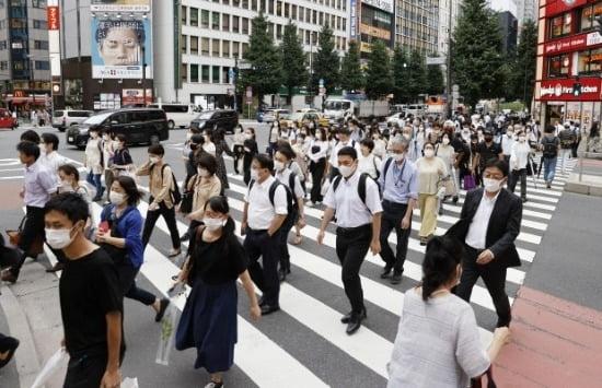 일본 도쿄도 신주쿠구의 횡단보도에서 마스크를 쓴 사람들이 길을 건너고 있다. 사진=연합뉴스
