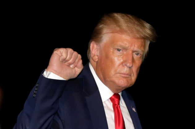 도널드 트럼프 미국 대통령은 MS나 다른 미국 기업이 틱톡을 사더라도 상관없다며 인수 기한을 내달 15일까지로 제시했다.사진=워싱턴 EPA=연합뉴스