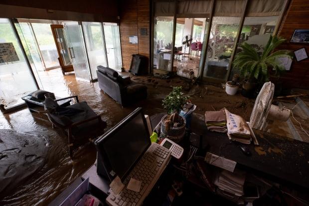 3일 오후 경기도 가평군 하천리의 한 산장호텔이 흘러내린 토사로 뒤덮여 있다./사진=연합뉴스