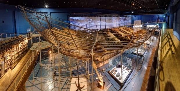 7000년 전 침몰한 신안 보물선이 4일 오후 6시 다음갤러리를 통해 공개된다. 사진은 전남 목포 국립해양문화재연수고 해양유물전시관에 전시된 신안선. /사진=연합뉴스