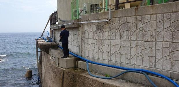 이번에 적발된 펜션 업주들은 몰래 펌프와 파이프를 설치하고 바닷물을 끌어올려 사용했다. /사진=연합뉴스